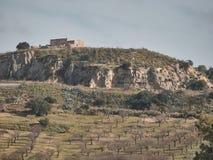 Geschossen von einer ländlichen Landschaft mit einem Haus auf den Hügel lizenzfreies stockbild