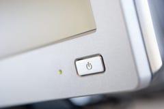 Geschossen von einer Leistungtaste auf einem Computerüberwachungsgerät Stockbild