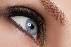 Geschossen von Frau ` s schönem Auge mit den extrem langen Wimpern Lizenzfreie Stockbilder