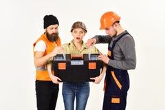 Geschossen von zwei weiblichen und ein Mannesbaumustern Konstruieren von Ingenieuren oder von Architekten Bauarbeiterteam Berufsa stockbilder