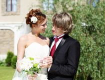 Geschossene junge Paare, die an der Heirat teilnehmen Stockfoto