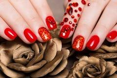 Geschossene schöne Maniküre mit Bergkristallen auf weiblichen Fingern Nageldesign Nahaufnahme lizenzfreie stockfotografie
