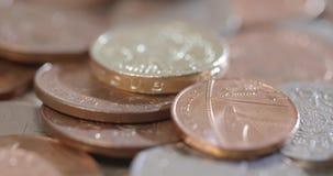 Geschossenes Drehen um Münzen stock video footage