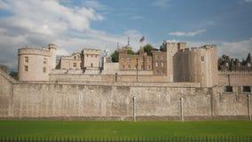 Geschoten Gimbal het lopen voorbij de historische Toren van Londen stock videobeelden
