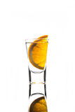 Geschoten glas met oranje plak Stock Foto's