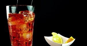 Geschoten in langzame motie van het drinken van glas van aperol oranje cocktail van het spritzaperitief met ijsblokjes, met bruis stock videobeelden
