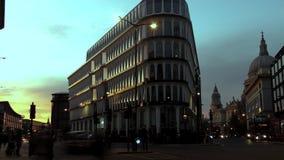 Geschoten op Canon 5D Mark II met Eerste l-Lenzen De avond van Londen Geel-blauwe hemel boven de stad stock video