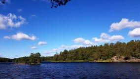 Geschoten op Canon 5D Mark II met Eerste l-Lenzen Mening van schitterend aardlandschap op een winderige de zomerdag Mooi meer, gr stock videobeelden