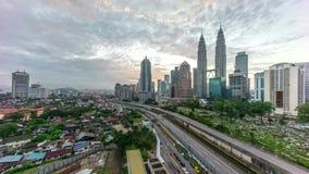 Geschoten op Canon 5D Mark II met Eerste l-Lenzen Mooie dramatische zonsopgang bij Kuala Lumpur-stadshorizon stock videobeelden