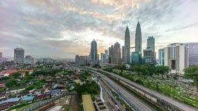 Geschoten op Canon 5D Mark II met Eerste l-Lenzen Mooie dramatische zonsopgang bij Kuala Lumpur-stadshorizon stock footage