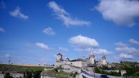 Geschoten op Canon 5D Mark II met Eerste l-Lenzen wolken die afgelopen kasteel bewegen stock videobeelden
