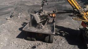 Geschoten panoramasatellietbeeld, open kuilmijn, mijnbouw die, kipwagens het mijnbouw ontdoende van werk uithakken Graafwerktuig stock video