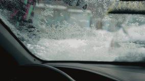 Geschoten van binnenuit de Auto als I maak de Sneeuw van het Windscherm schoon stock footage