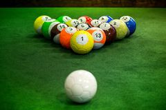 Geschoten van de ballen die van de voetpool zich op groene lijst bevinden Stock Fotografie