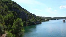 Geschoten van de boot die door op Krka rivier-Croa overgaan stock videobeelden