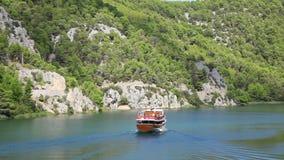 Geschoten van de boot die door op Krka rivier-Croa overgaan stock video