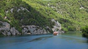 Geschoten van de boot die door op Krka rivier-Croa overgaan stock footage