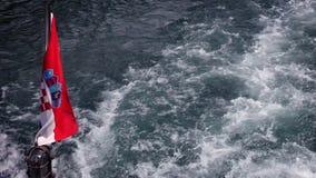 Geschoten van de Kroatische vlag aan de achterkant van boot, terwijl zich het bewegen stock footage
