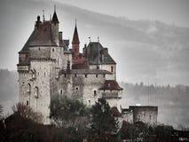Geschoten van de Sint-bernard van Chateau Menthon, een historisch kasteel dichtbij Annecy stock afbeeldingen