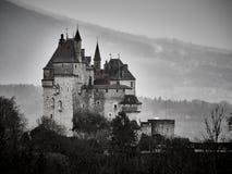 Geschoten van de Sint-bernard van Chateau Menthon, een historisch kasteel dichtbij Annecy stock fotografie