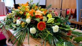 Geschoten van een kleurrijke kist in een lijkwagen of een kapel vóór begrafenis of begrafenis bij begraafplaats stock foto's