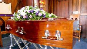 Geschoten van een kleurrijke kist in een lijkwagen of een kapel vóór begrafenis of begrafenis bij begraafplaats stock foto