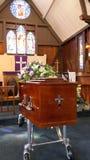Geschoten van een kleurrijke kist in een lijkwagen of een kapel vóór begrafenis of begrafenis bij begraafplaats royalty-vrije stock foto's
