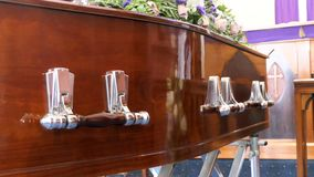 Geschoten van een kleurrijke kist in een lijkwagen of een kapel vóór begrafenis of begrafenis bij begraafplaats royalty-vrije stock afbeelding