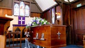 Geschoten van een kleurrijke kist in een lijkwagen of een kapel vóór begrafenis of begrafenis bij begraafplaats royalty-vrije stock fotografie