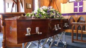Geschoten van een kleurrijke kist in een lijkwagen of een kapel vóór begrafenis of begrafenis bij begraafplaats royalty-vrije stock foto