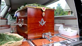 Geschoten van een kleurrijke kist in een lijkwagen of een kapel vóór begrafenis of begrafenis bij begraafplaats royalty-vrije stock afbeeldingen
