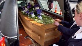 Geschoten van een kleurrijke kist in een lijkwagen of een kapel vóór begrafenis of begrafenis bij begraafplaats stock video