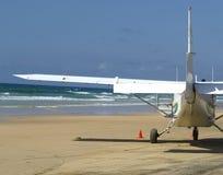 Geschoten van een Licht Vliegtuig op Strand op Fraser Island, Australië stock afbeelding
