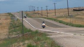 Geschoten van een motocycle die door snel op een weg drijven stock footage
