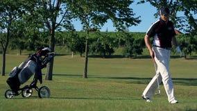Geschoten van een paar die aan golfcursus komen stock footage