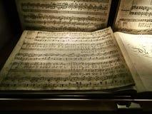 Geschoten van een personeel van een muzikale samenstelling door Mozart royalty-vrije stock fotografie