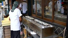 Geschoten van Japanse chef-kok die Unagi-vissen voor maaltijd voorbereiden stock footage