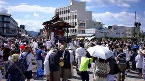 geschoten van Japanse trommelprestaties die een lokaal festival vieren stock videobeelden
