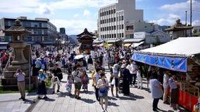 geschoten van Japanse trommelprestaties die een lokaal festival vieren stock footage