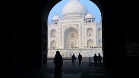 Geschoten van toeristen in Taj Mahal, Agra, Uttar Pradesh, India stock videobeelden