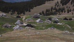Geschoten van traditionele hutten op Velika planina-Slovenië stock videobeelden