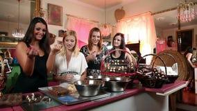 Geschoten van vier meisjes die een goede tijd hebben terwijl het maken van chocolade stock footage