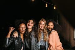 Geschoten van vrouwelijke vrienden die pret hebben bij nacht royalty-vrije stock foto's