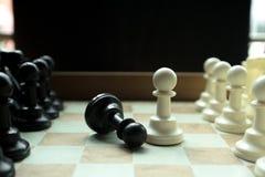 Geschoten van zich het witte huis van de schaakraad het bewegen Bedrijfsleider Concept Selectieve nadruk Royalty-vrije Stock Foto's