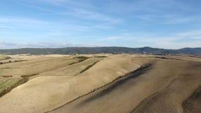 Geschotene antenne, schitterend de heuvelslandschap van Toscanië met zonsonderganglicht, de luchtparade van Toscanië stock footage