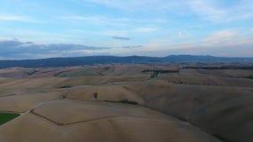 Geschotene antenne, schitterend de heuvelslandschap van Toscanië met zonsonderganglicht, de luchtparade van Toscanië stock videobeelden