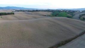 Geschotene antenne, schitterend de heuvelslandschap van Toscanië met zonsonderganglicht, de luchtparade van Toscanië stock video