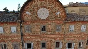 Geschotene antenne, schitterend Italiaans Sammezzano-kasteel, middeleeuwse die architectuur met hommel, 4K wordt gefilmd stock footage