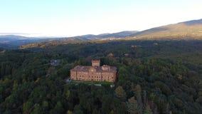 Geschotene antenne, schitterend Italiaans Sammezzano-kasteel, middeleeuwse die architectuur met hommel, 4K wordt gefilmd stock videobeelden