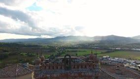 Geschotene antenne, schitterend Italiaans Sammezzano-kasteel, middeleeuwse die architectuur met hommel, 4K wordt gefilmd stock video